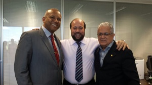 Prefeito de Poços, Eloísio Lourenço, o secretário de estado da saúde, Alexandre Silveira e o deputado federal Geraldo Thadeu).